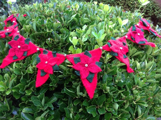 knitted-bunting-poinsettia